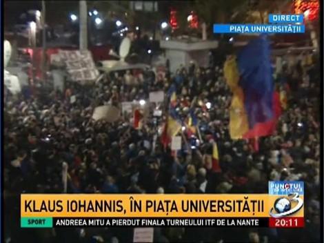 Klaus Iohannis a ajuns în Piaţa Universităţii şi a discutat cu protestatarii