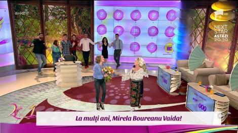 """Surpriză de proporţii în platoul """"2k1! Mioara Velicu i-a cântat Mirelei, de ziua ei. Frumoasa prezentatoare, luată prin surprindere de colegi și concurenți: """"Alo! Ce este asta? Nu înțeleg"""""""