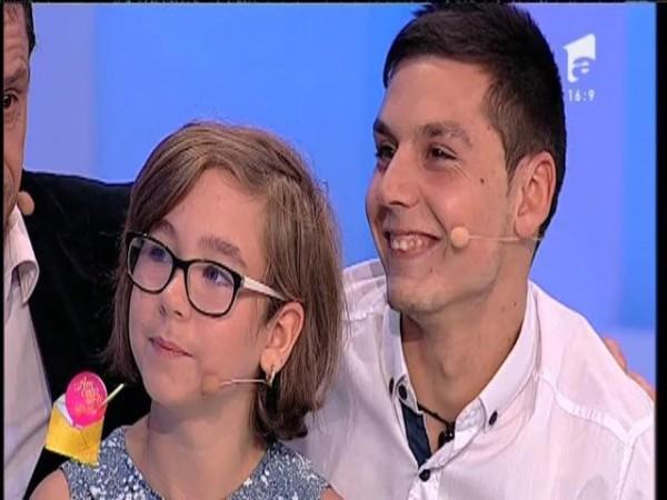 """Lacrimi șiroaie după ce Ionela și Florin își întâlnesc mama, plecată la muncă în Italia: """"Aș fi în stare să nu mănânc nimic, doar să rămână cu noi"""""""