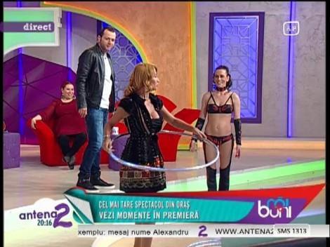 Rodica Miron se unduieşte în cercuri: Blonda e expertă în hula hoop