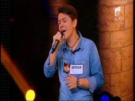 """Iulian Macovei, un tânăr talentat, dar cu o mare problemă: """"Ai voce, dar ai nevoie de o prietenă!"""""""