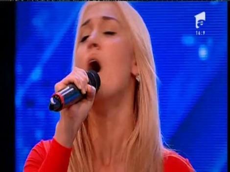 Ne-a luat ochii cu decolteul generos şi ne-a cucerit cu vocea! Cristina Ghermanschi, una dintre cele mai mari surprize de la X Factor