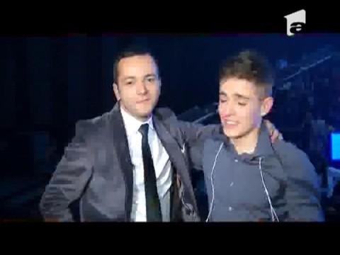 Andrei Leonte cu marele premiu X Factor in brate