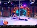 Lautarul scafandru canta live sub apa, iar Bonita danseaza provocator la bara
