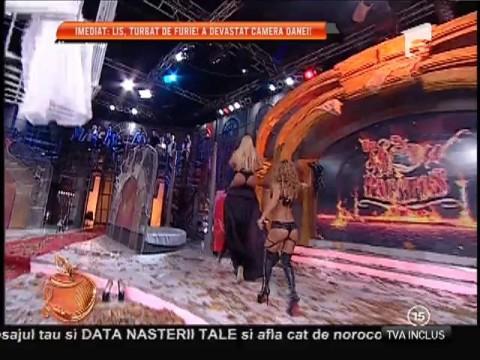 Petrecere păcătoasă de Halloween! Loredana Chivu şi Ana Mocanu, pisicuţe sexy