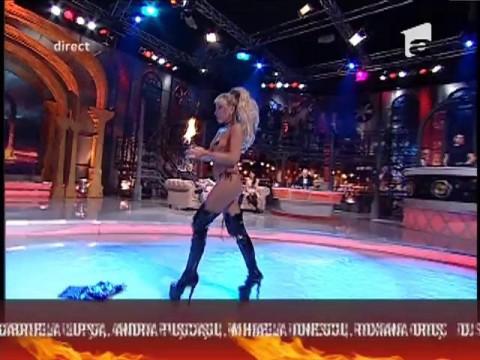 Sexy Fachira se joacă cu focul, momente interzise cardiacilor!