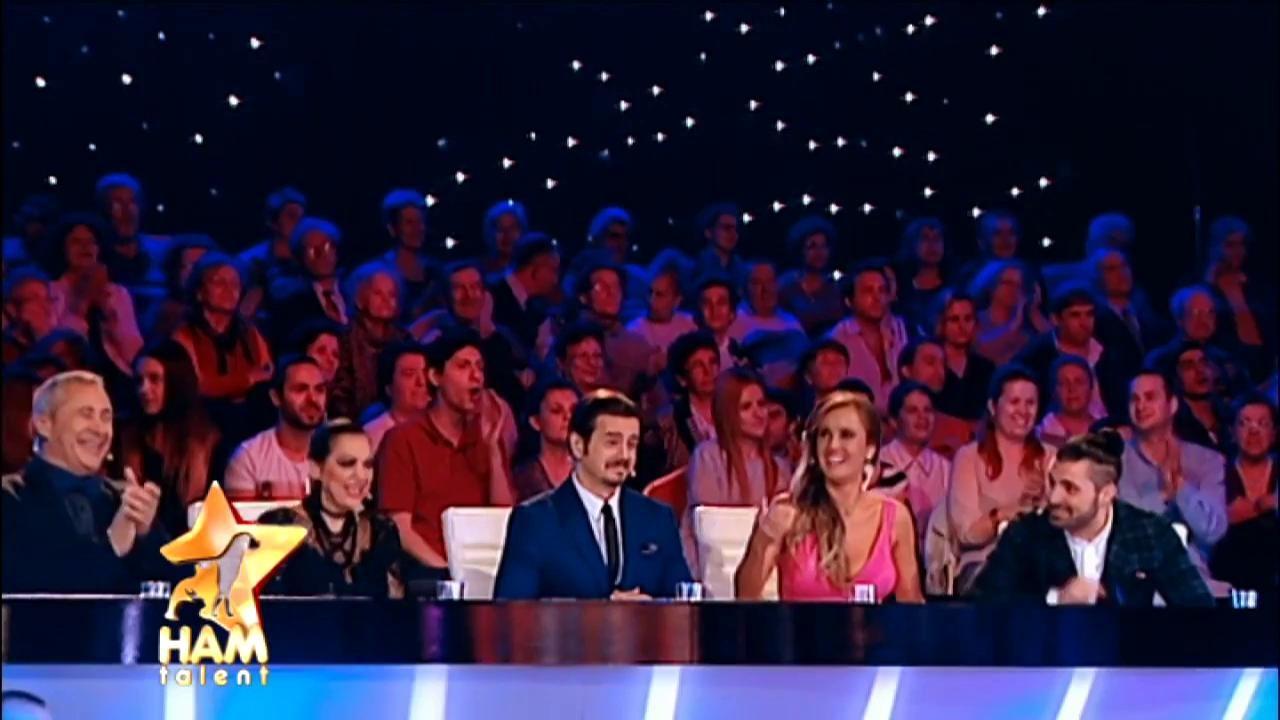 """E talentat la cântat! Rocky, câinele care ar fi putut concura cu succes și la """"X Factor"""""""