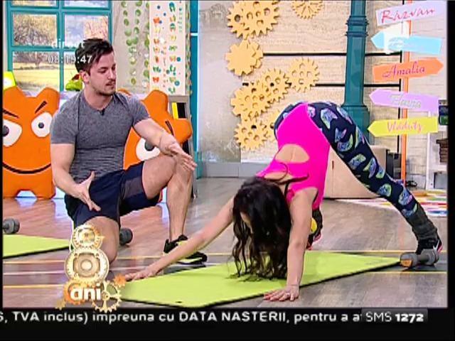 """Întâmpină primăvara cu fesieri mai fermi, chiar la tine acasă! Flavia și Amalia, """"instructoare"""" de fitness cu greutăți medii"""
