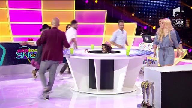 """FANtastic show: """"Paharele cu masă rotundă"""". Anca Neacșu este de neoprit!"""