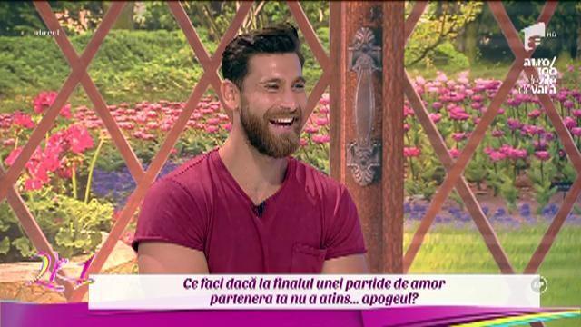 """Ispititorul Robert, cel mai sexy asistent TV din România, i-a luat locul Mirelei Vaida! Prezentatoarea i-a cedat înainte de """"întrebările interzise"""""""