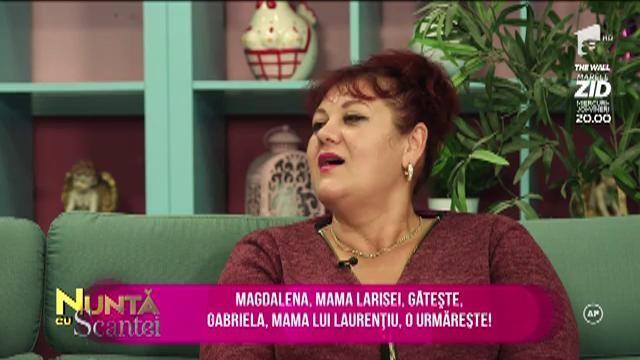 Magdalena, mama Larisei, gătește. Gabriela, mama lui Laurențiu, o urmărește