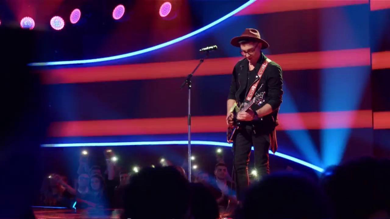 """Cu pălărie și chitară, Vlad Musta a interpretat dumnezeiește piesa """"Still Got The Blues"""", de la Gary Moore. Jurații: """"Ești așa, Amish!"""""""