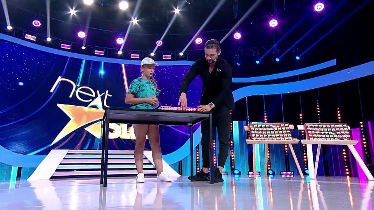 """Alexia, spectacol cu O SUTĂ de cuburi Rubik! Fetița aceasta e un adevărat FENOMEN! """"Am 5000 de combinații în cap acum"""""""