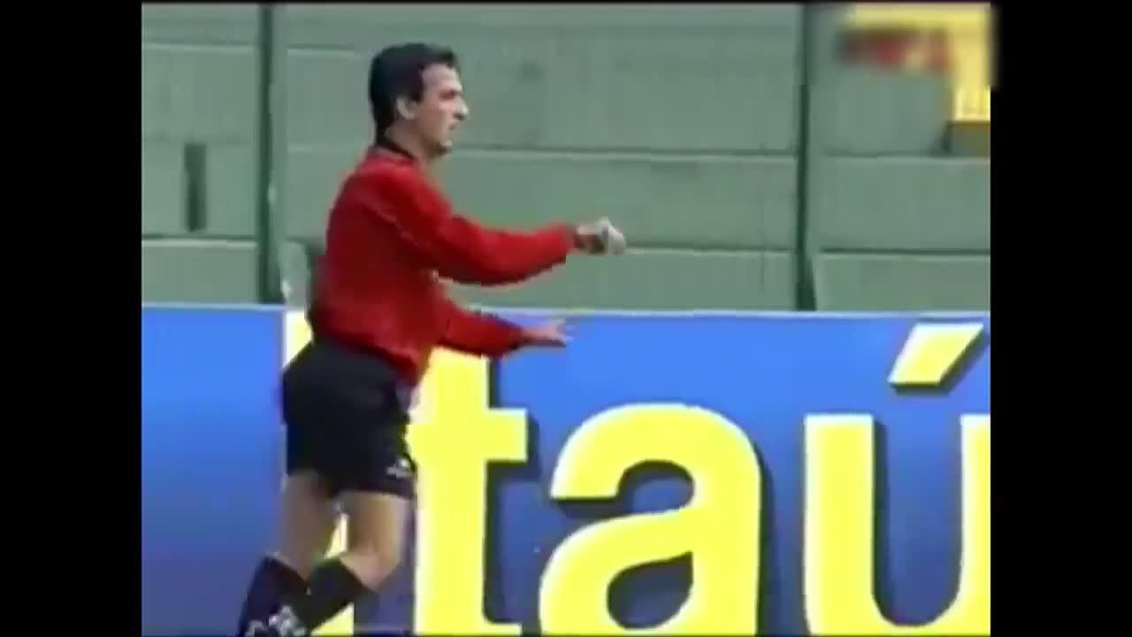 Antitalent. Arbitrul Adrian vrea să schimbe culorile cartonașelor din fotbal
