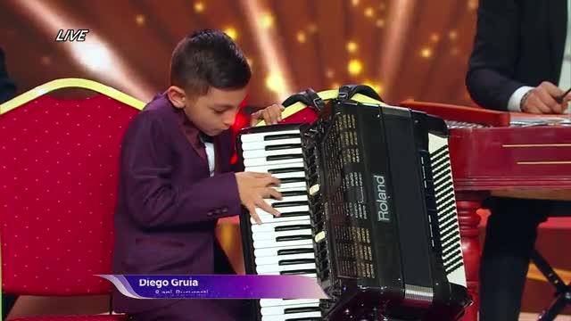 """Nu poate să-și țină în brațe acordeonul, dar degetele îi merg strună. Diego i-a scos la joc pe jurații de la Next Star: """"Ce microb să ai în sânge să înveți online să cânți!"""""""