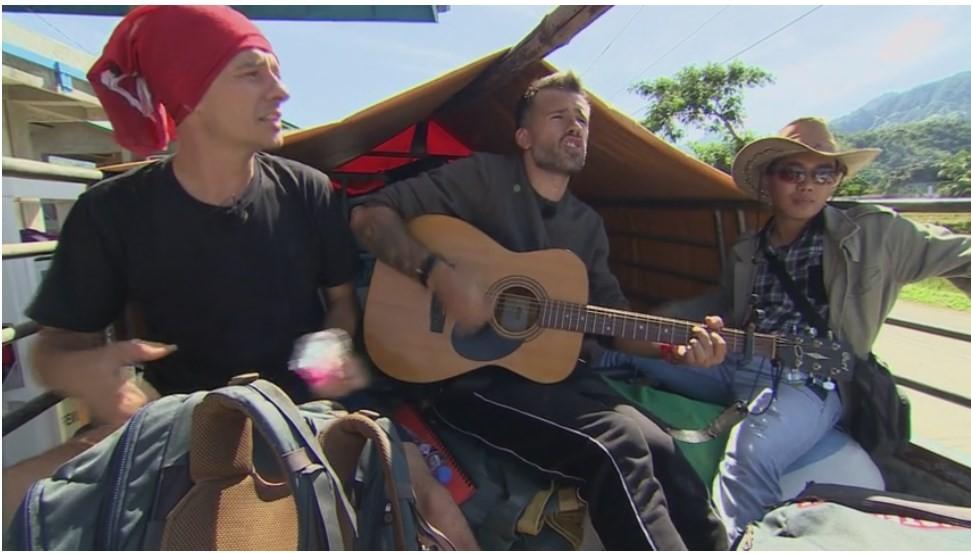 """În căutarea cântecului pierdut """"Ai, ai, ai!"""" Florin Ristei și Dan au dat concert într-o remorcă"""