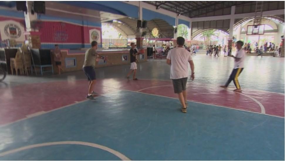 """Mamăăăă, cum """"joacă"""" blondele baschet! Concurenții din Asia Express au strâns copii de pe stradă pentru un meci"""
