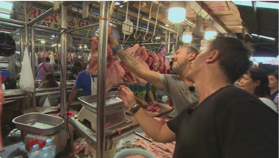 Concurenții caută urechi și capete de porc. Sorin Bontea: Piața Obor de pe vremuri era lux. Pe carne sunt o tonă de muște!