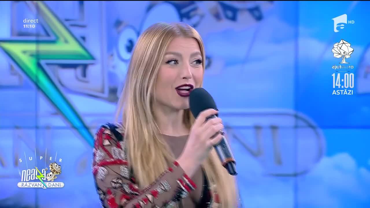 """Decolteu amplu și cizme roșii de divă! Elena Gheorghe a venit cu un cadou special la """"Neatza cu Răzvan și Dani"""""""