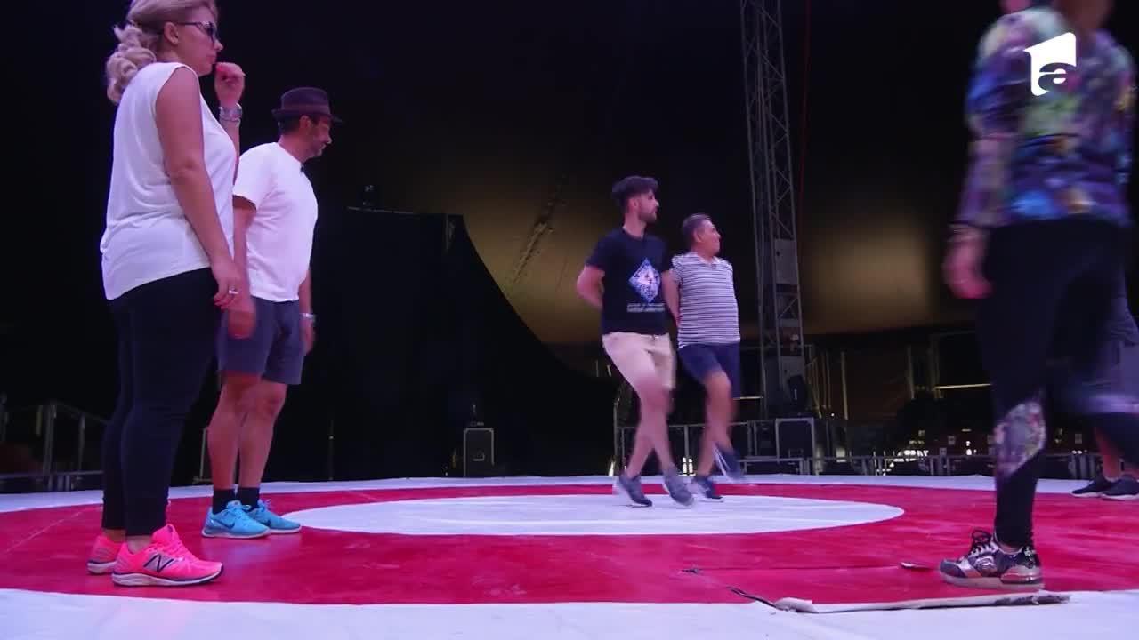 Nea Mărin face repetiții de dans cu membrii circului Bellucci. Liviu Vârciu îi pune bețe în roate