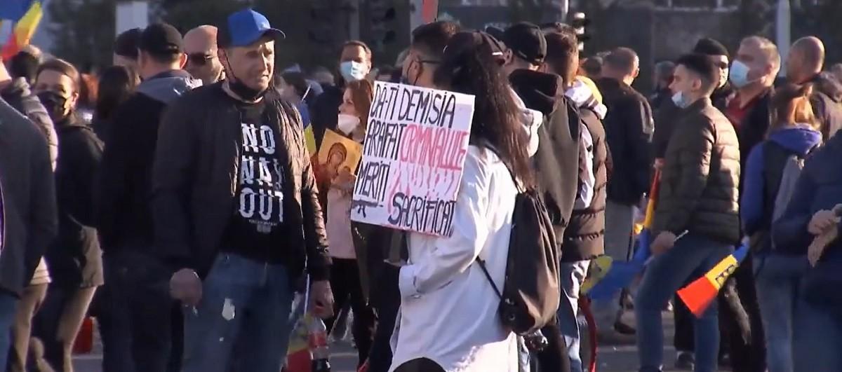 """Noi proteste anti-restricţii în Capitală. Cu biblia în mâini, cu steaguri tricolore, cruci şi icoane: """"România, trezeşte-te!"""""""