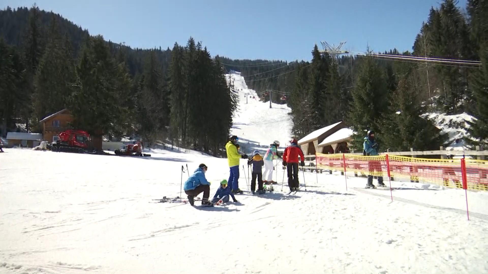 Pârtiile sunt în continaure pline de turişti. Autorităţile au prelungit sezonul de schi