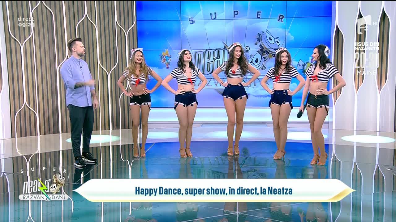 Fetele de la Happy Dance stârnesc imaginația bărbaților cu dansul și costumația lor de marinar