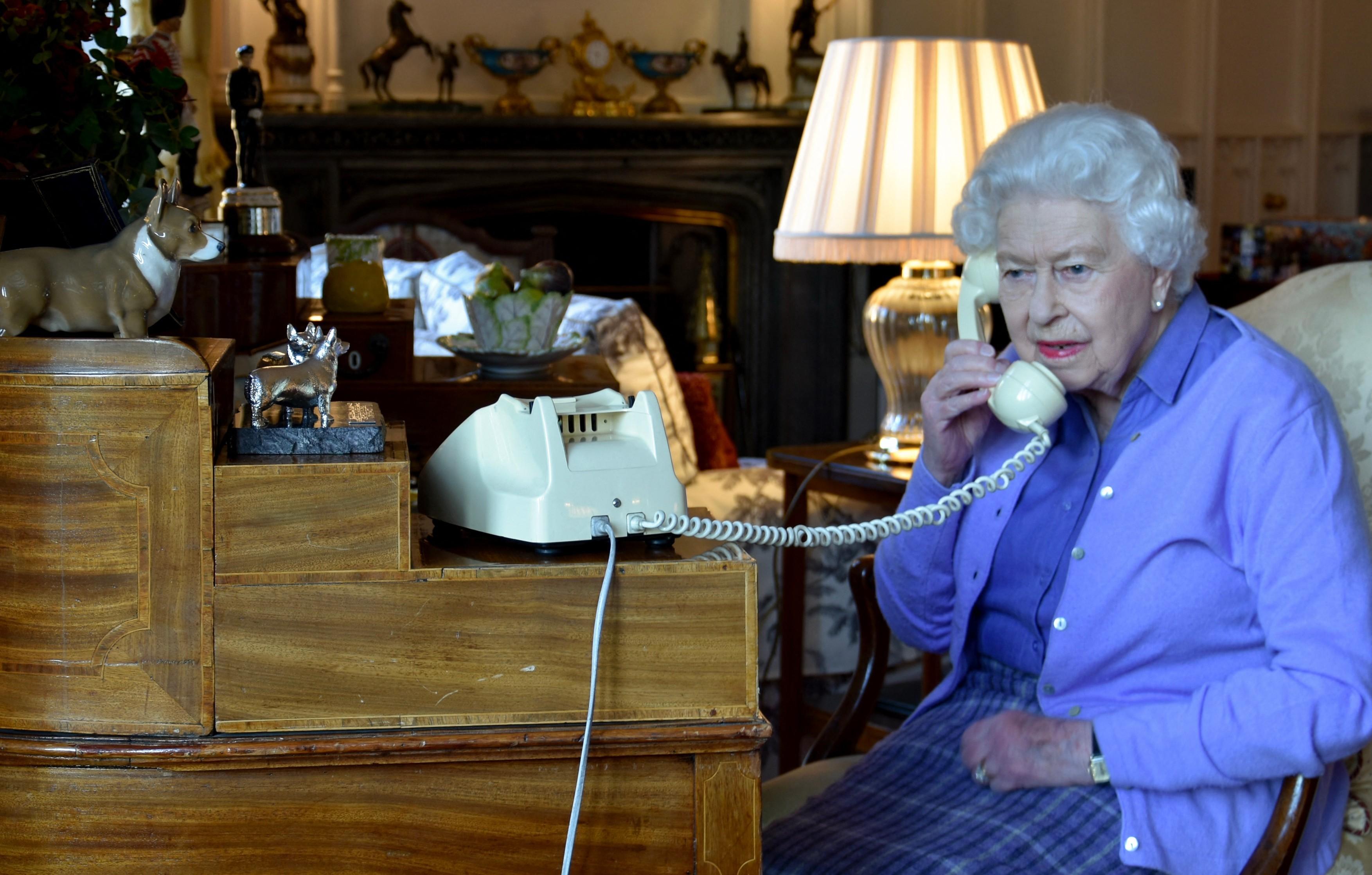 Trei motive pentru care Casa Regală Britanică folosește telefonul clasic