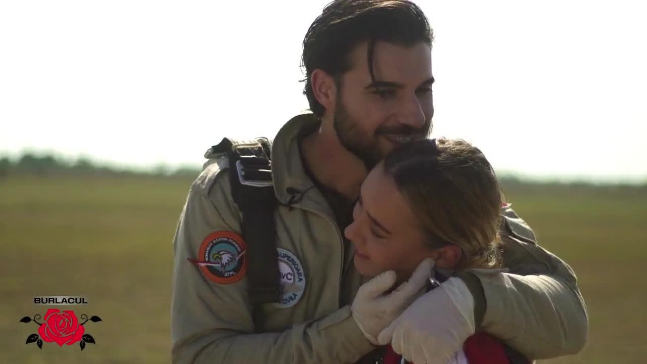 Andi și Alexandra au parte de primul date în România! Cei doi sar cu parașuta