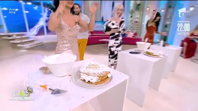 Mămicile sexy, la proba de îndemânare! Au ornat un tort legate la ochi!