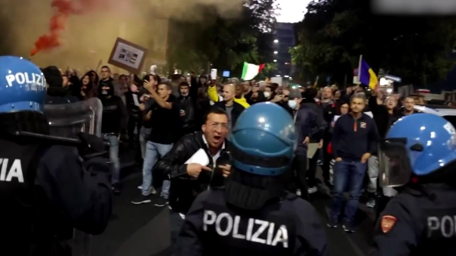 """15.000 de oameni au ieşit în stradă împotriva certificatului verde, în Italia. Şofer român de TIR: """"Noi, cei din transporturi, chiar nu avem nevoie. La locul meu de muncă sunt singur"""""""