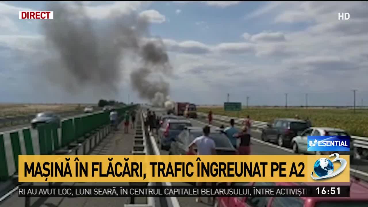 O mașină a luat foc pe Autostrada Soarelui. Traficul este paralizat