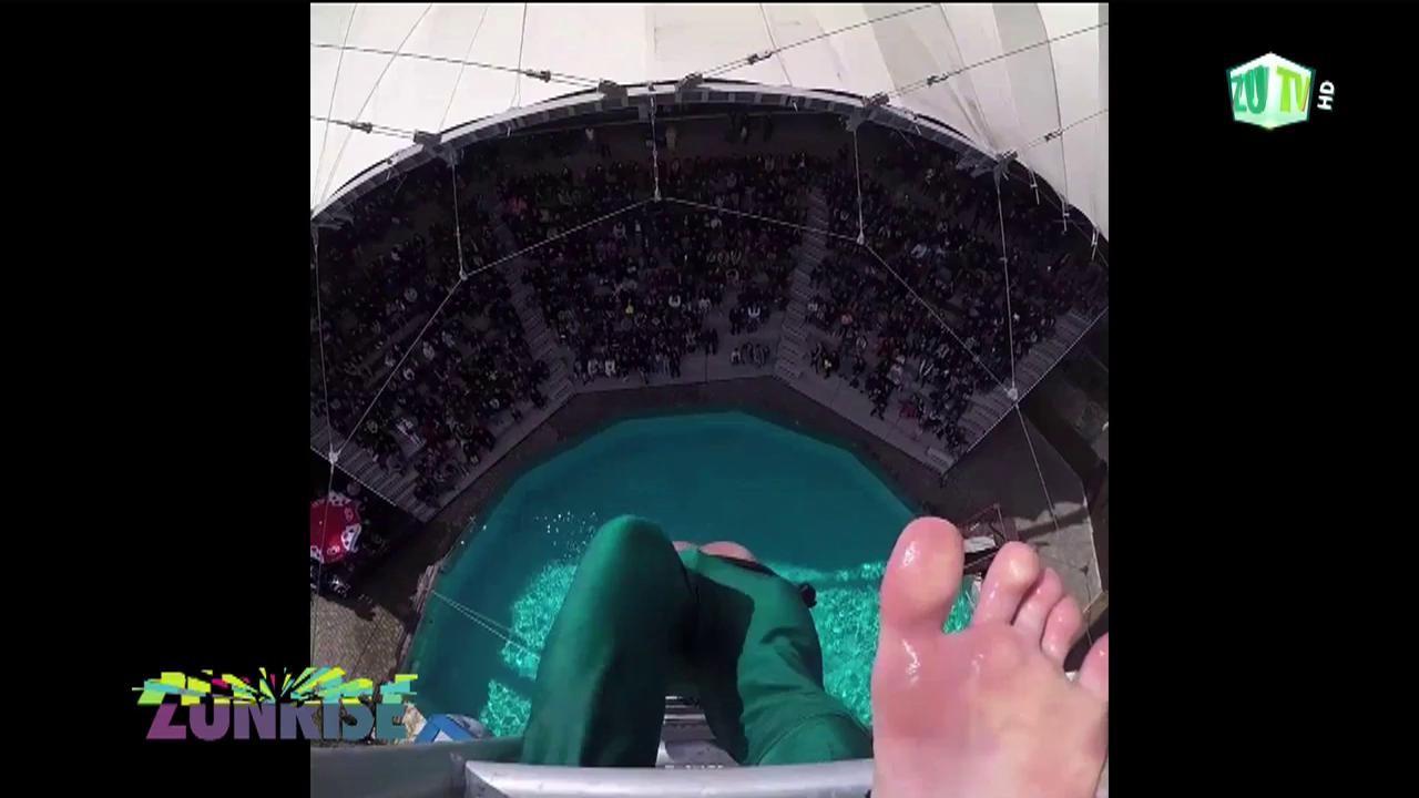 Săritura în piscină care sfidează orice pericol şi nebunie!